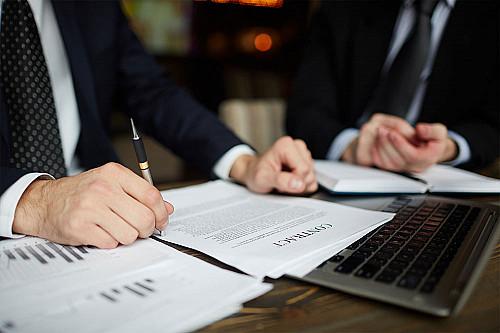 Advokat-sidder-med-kontrakt-banner