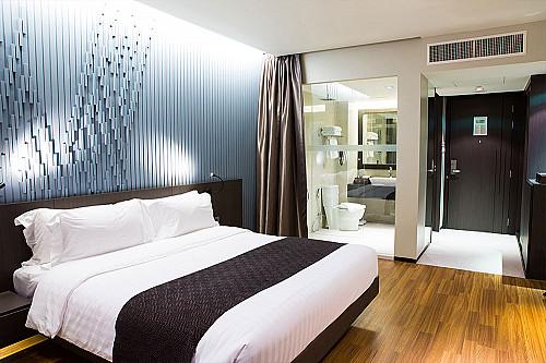 Overnatning-hotel-seng-med-badeværelse-banner