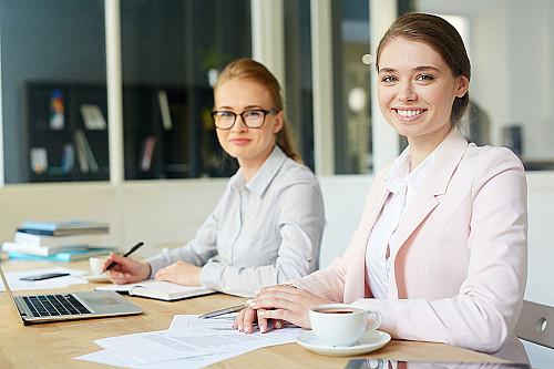 Revisor-to-kvindelige-smilende-assistenter-banner