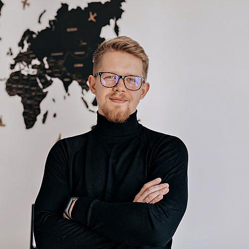 Revisor-mand-med-briller-profil-logo
