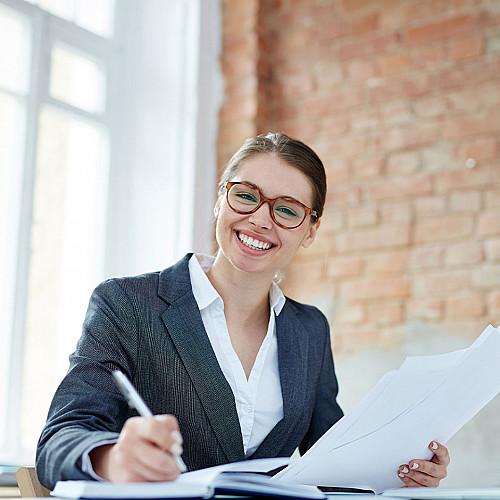 Revisor-smilende-kvinde-profil-logo