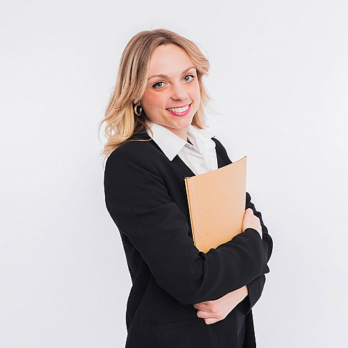 Advokat-kvinde-står-med-dokumenter-logo