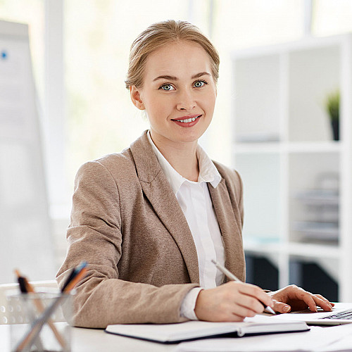 Revisor-kvinde-portræt-logo