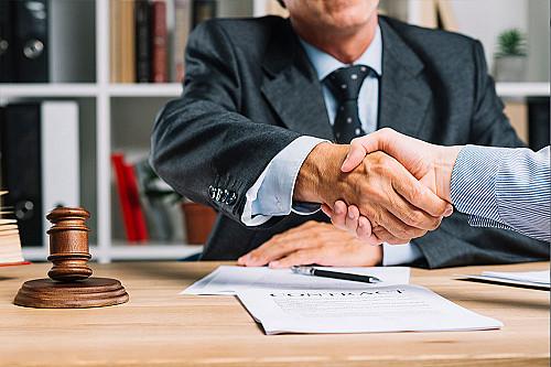 Advokat-giver-håndtryk-banner