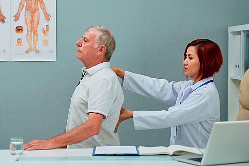Klinik Kiropraktor-undersøger-rygsøjle-banner