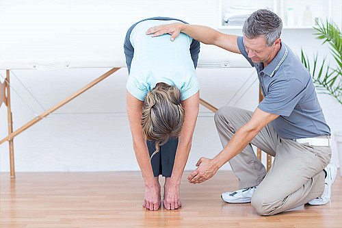 Klinik Kiropraktor-hjælper-med-at-strække-ud-banner