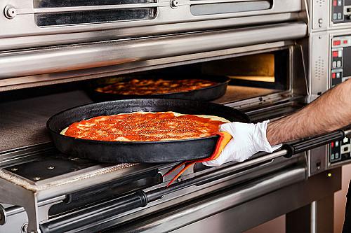 Restaurant-pizzaria-pizza-tages-ud-af-ovnen-banner