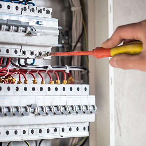 Håndværker Elektriker-med-struetrækker-logo