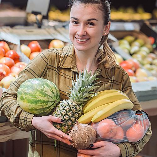 Detail Dagligvarer-kvinde-med-frugter logo