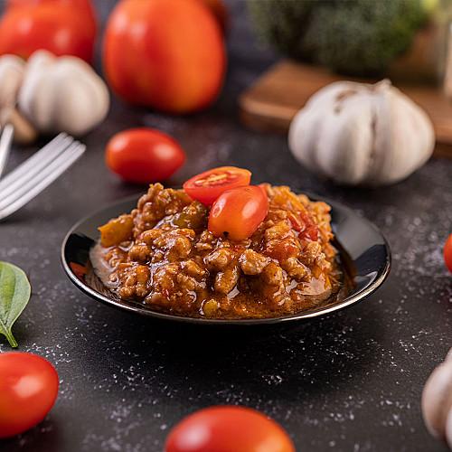 Restaurant-spisested-kødret-med-løg-og-tomater-logo