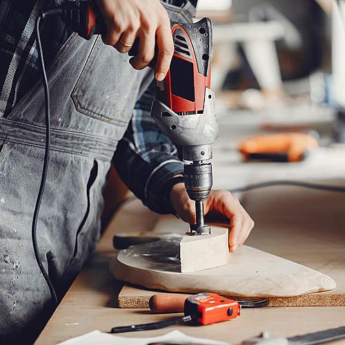 Håndværker Tømrer-med-boremaskine-logo