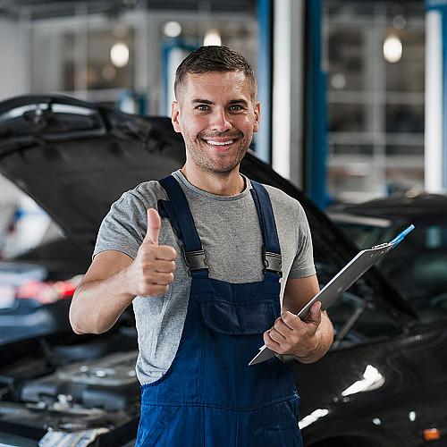 Biler-mekaniker-med-tommelfinger-i-vejret-logo