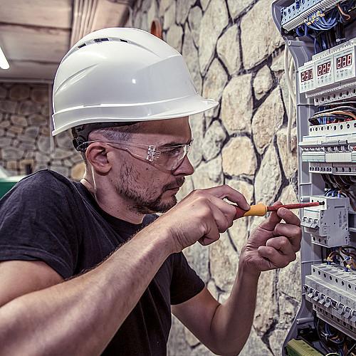 Håndværker Elektriker-med-relæ-logo