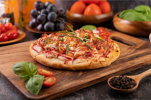 Restaurant-pizzaria-pizza-på-skærebræt-banner