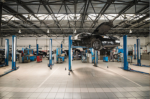 Biler-bilværksted-med-bil-på-lift-banner