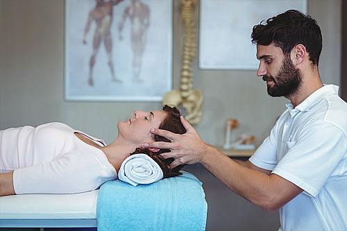 Klinik Fysioterapeut-giver-hovedemassage-banner