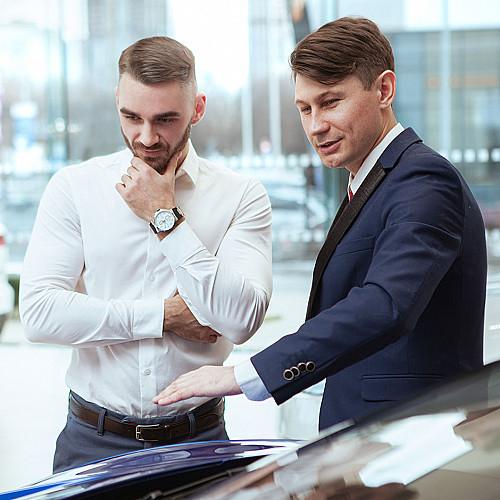 Biler-bilhandel-mand-viser-bil
