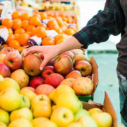 Detail Dagligvarer-mand-tager-et-æble-logo
