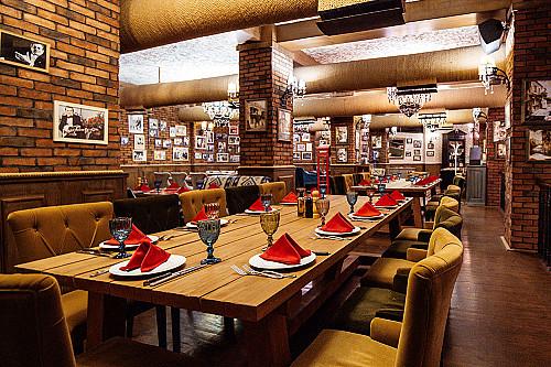 Restaurant-spisested-med-træbord-banner