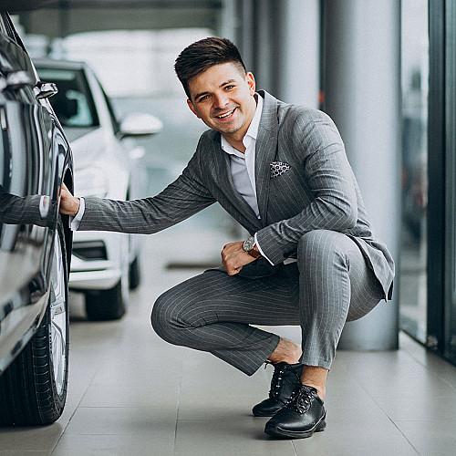 Biler-bilhandel-grå-mand-knæler