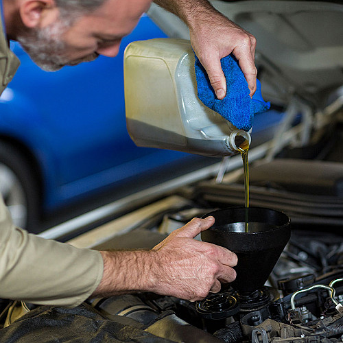 Biler-mekaniker-skifter-olie-logo