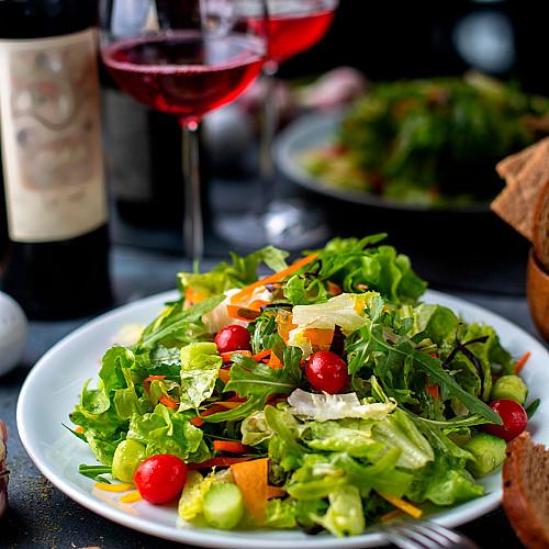 Restaurant-spisested-med-salat-og-rødvin-logo