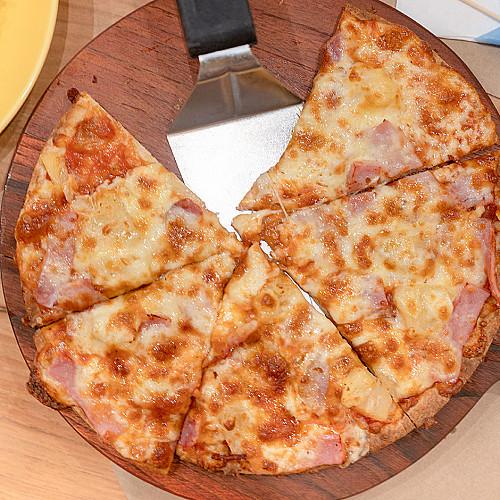 Restaurant-pizzaria-pizza-i-bakke-udskåret-med-palet-logo