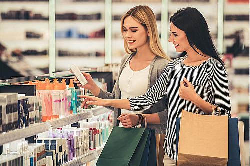 Detail-to-kvinder-kigger-på-hudprodukter-banner