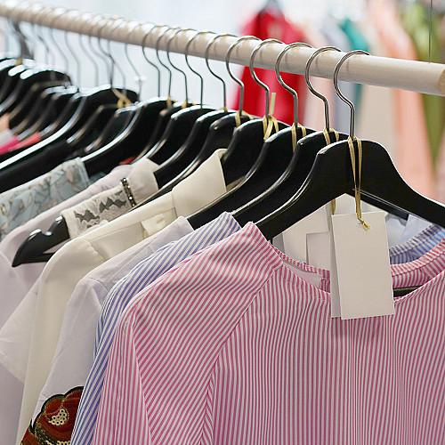 Tøjbutik-tøj-på-bøjle-række-logo