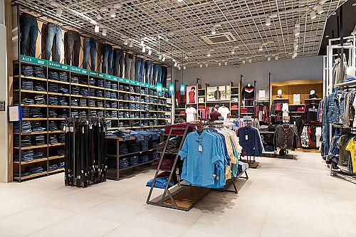 Tøjbutik-indvendigt-billede-af-skjorter-og-bukser-banner