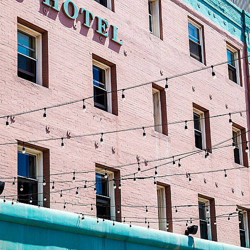 Overnatning-hotel-væg-med-lys-logo