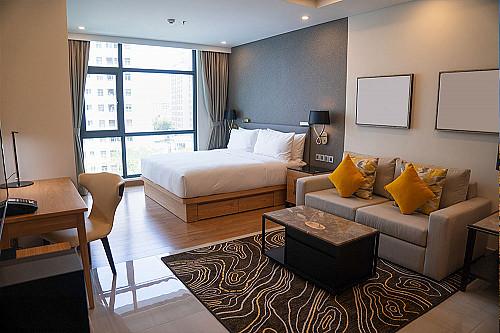 Overnatning-hotel-værelse-med-dobbeltseng-og-sofa-banner