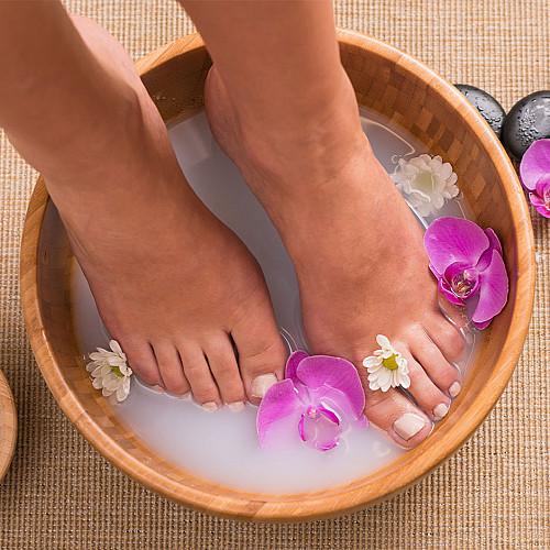 Klinik Fodterapi-fødder-i-vand-med-blomst-logo