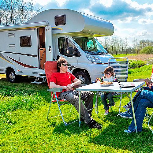 Overnatning-camping-familie-sidder-foran-cambingbus-logo