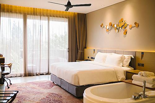 Overnatning-hotel-værelse-med-seng-ig-vask-banner
