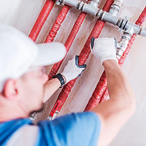 Håndværker Blikkenslager-med-røde-vandrør-logo