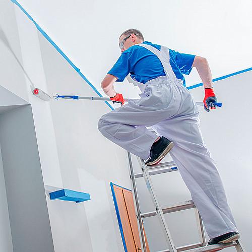 Håndværker-maler-på-trappe-maler-væg-logo