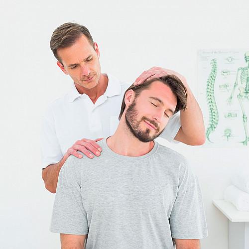 Klinik Kiropraktor-undersøger-nakker-logo
