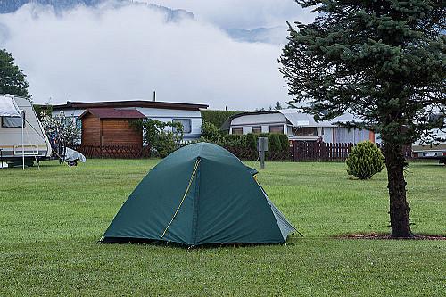 Overnatning-camping-telt-på-plæne-banner