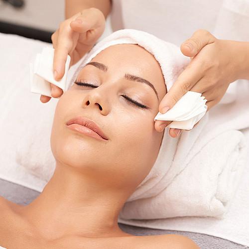 Hudpleje-kvinde-får-hovedemassage-logo