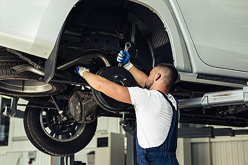 Biler-mekaniker-monterer-hjul-banner
