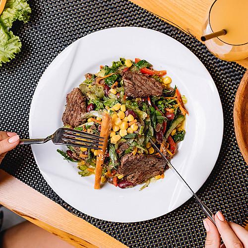 Restaurant-spisested-tallerken-med-kød-og-salat-logo