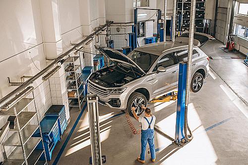 Biler-mekaniker-reparerer-bil-på-lift-banner