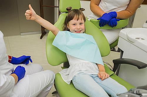 Tandlæge-lille-pige-i-tandlæge-stol-banner