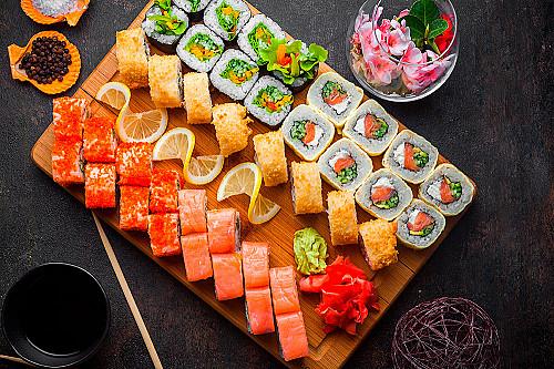 Restaurant-asiatisk-sushi-på-skærebræt-banner